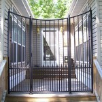 Scoop Top Courtyard Gate With Dog Pickets